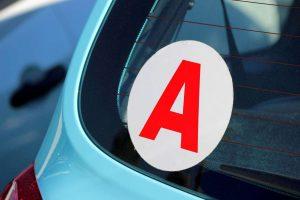 Jeune conducteur stickers A sur voiture bleu