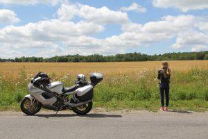 moto de route grise avec femme